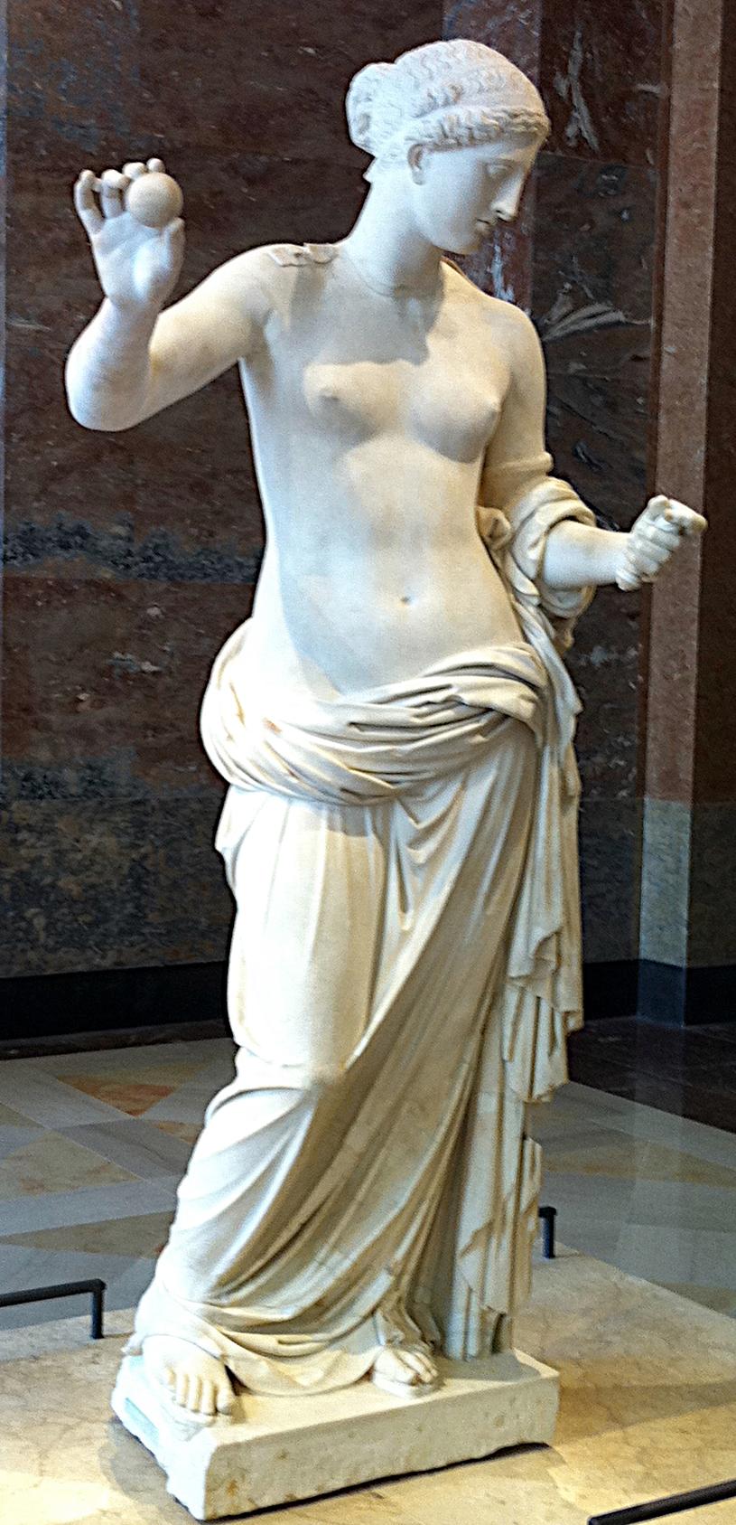 """""""Afrodyta z Arles"""", rzymska kopia """"Afrodyty tespijskiej"""", rzeźby Praksytelesa, do której prawdopodobnie pozowała Fryne, uznawana za najsłynniejsza heterę starożytnej Grecji (Alain.Darles/CC BY-SA 3.0). /Ciekawostki Historyczne"""