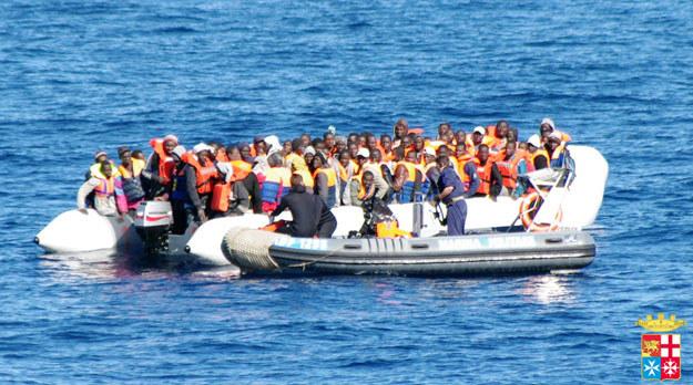 Afrykańscy imigranci u wybrzeży włoskiej wyspy Lampedusa fot. Italian Navy /AFP
