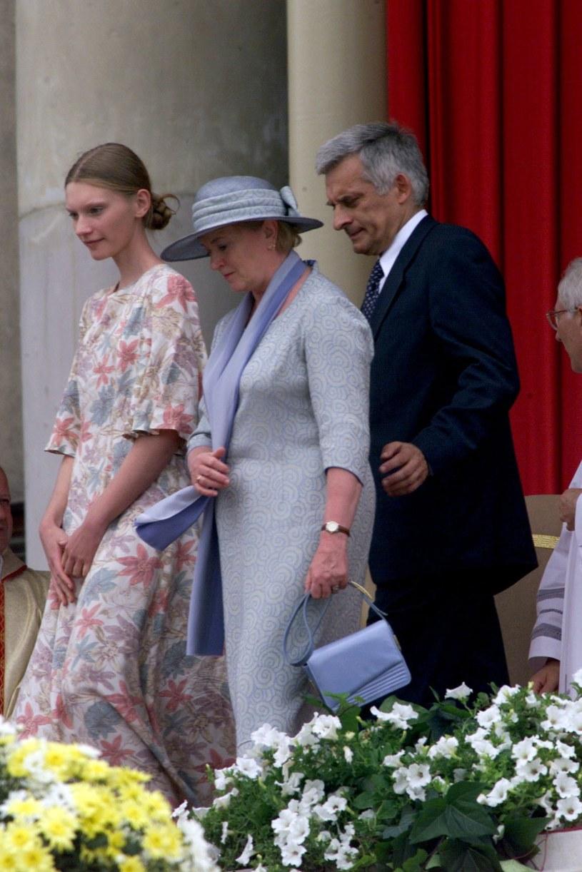 Agata Buzek z rodzicami podczas pielgrzymki Jana Pawła II do Polski /Jan Skarżyński /Reporter