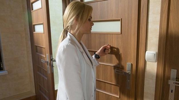 Agata chce pomóc koledze, ale ten ją odtrąca. /www.nadobre.tvp.pl/