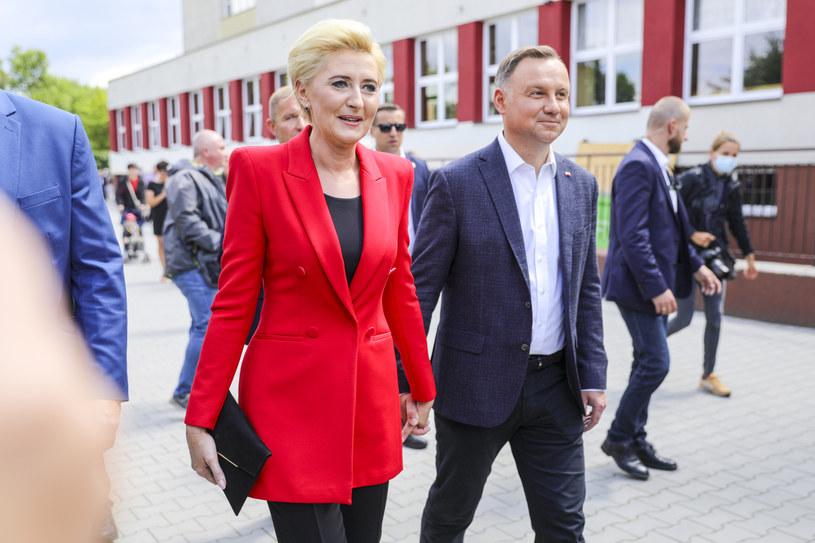 Agata Kornhauser-Duda podobnie jak Małgorzata Trzaskowska nie wybiera zbyt często mocnego akcentu kolorystycznego w swoich ubraniach, ale jeżeli już się to zdarzy, to stara się go stonować spokojnymi dodatkami w odcieniach czerni lub bieli. /Norbert Nieznanicki /AKPA