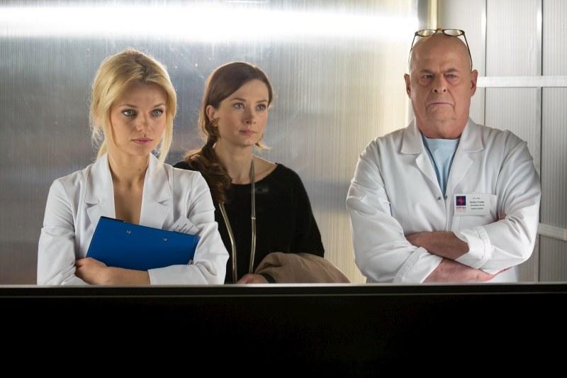 Agata, Lena i Tretter zamartwiają sie o zdrowie Latoszka. /Agencja W. Impact