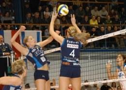 Agata Mróz (w ataku) była najlepszą zawodniczką meczu Stal Bielsko-Biała - Foppapedretti Bergamo /www.cev.eu