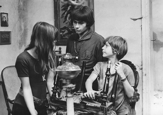 "Agata Siecińska (Karioka), Jacek Zejdler (Tolek Banan) i Sergiusz Lach (Filipek) w serialu ""Stawiam na Tolka Banana"" (1973) /materiały prasowe"