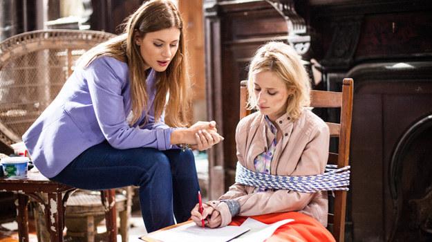 Agata zmusi siostrę do podpisania dokumentów, w których Sabina przekaże jej dom mody. /ATM Grupa S.A. /materiały prasowe