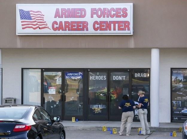 Agenci FBI na miejscu strzelaniny w centrum rekrutacyjnym armii USA /ERIK S. LESSER /PAP/EPA