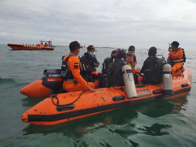 Agencja ratownictwa lotniczego pracująca w okolicach tragedii /BASARNAS HANDOUT /PAP/EPA