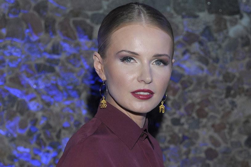 Agnieszka Cegielska udowodniła, że jeden mocny akcent + modne jeżynowe usta - daje superefekt /Kurnikowski /AKPA