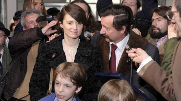 Agnieszka Grochowska jako Danuta Wałęsa na warszawskim lotnisku po powrocie z Oslo /AKPA