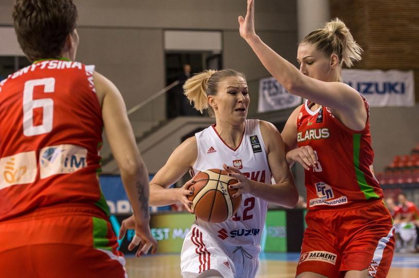 Agnieszka Kaczmarczyk (z piłką), a próbują zablokować ją Maria Papowa /Maciej Kulczyński /PAP