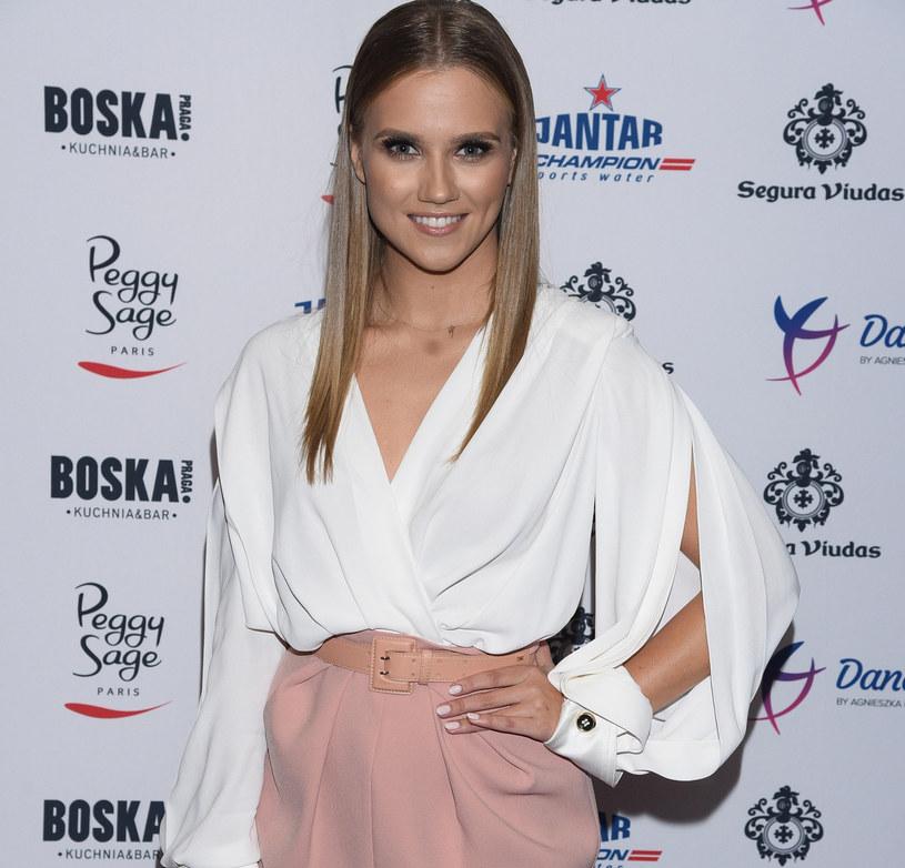 Agnieszka Kaczorowska postawiła na niebanalny krój białej koszuli /East News