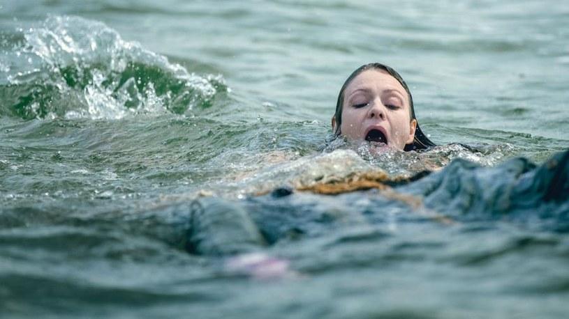 Agnieszka Lubczyńska (Magdalena Boczarska) będzie przerażona tym, co znajdzie podczas kąpieli w morzu. /Jaroslaw Sosinski /AXN