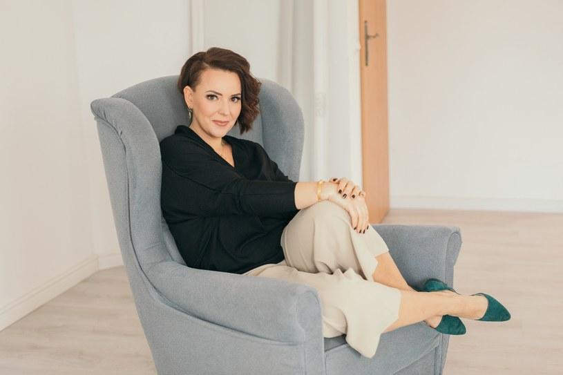 Agnieszka ma na zdjęciu biżuterię partnera publikacji, marki W.KRUK /INTERIA