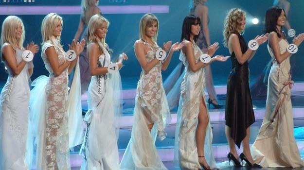 Agnieszka Popielewicz (w środku, z numerem pięć) podczas wyborów Miss Polski 2005 /materiały prasowe