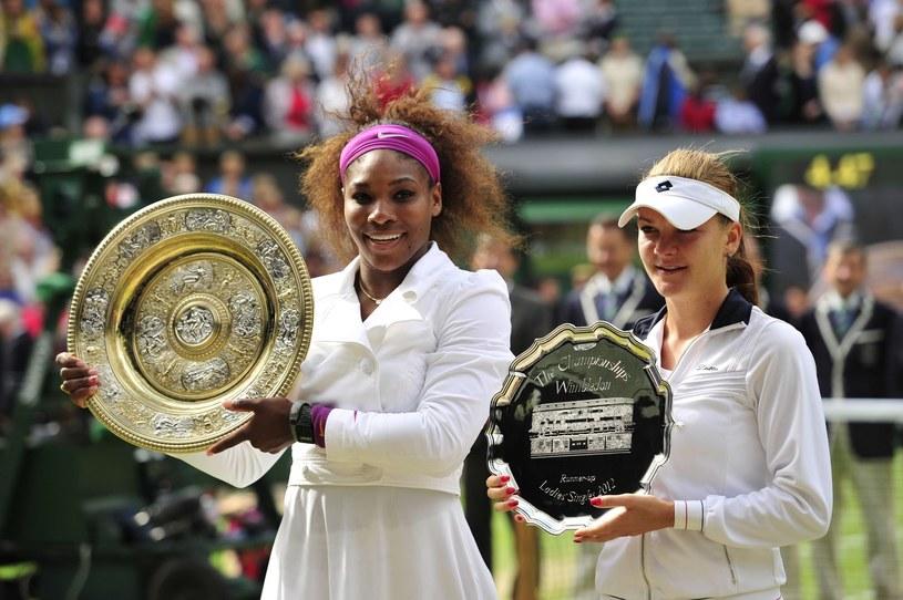 Agnieszka Radwańska (z prawej) i Serena Williams po finale Wimbledonu 2012. /AFP