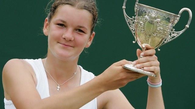 Agnieszka Radwańska z pucharem za zwycięstwo w juniorskim Wimbledonie /AFP