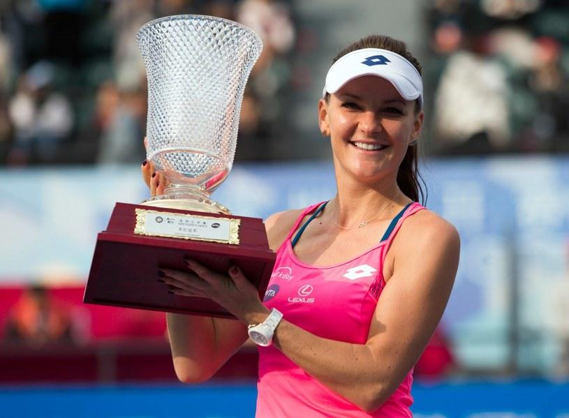 Agnieszka Radwańska z trofeum po wygraniu turnieju w Shenzhenie /AFP