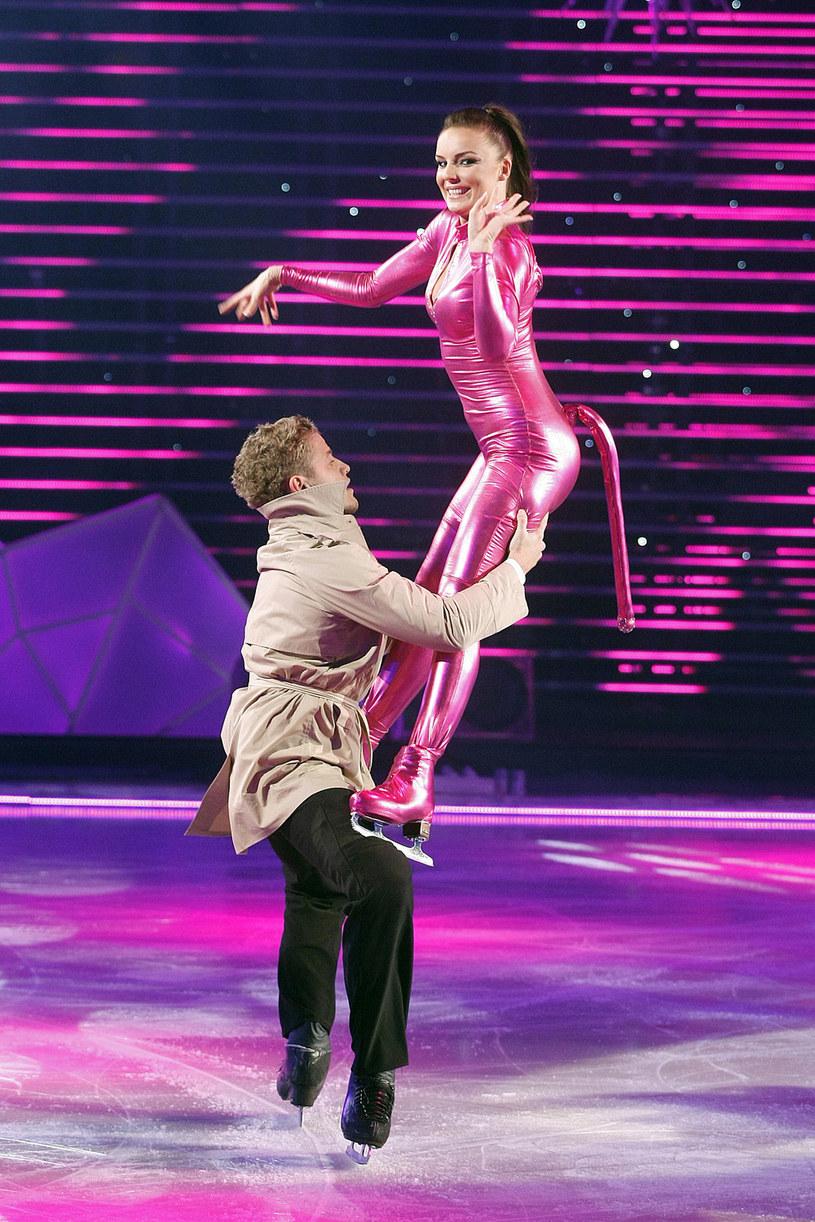 """Agnieszka Włodarczyk w programie """"Gwiazdy tańczą na lodzie"""" (2009) /AKPA"""