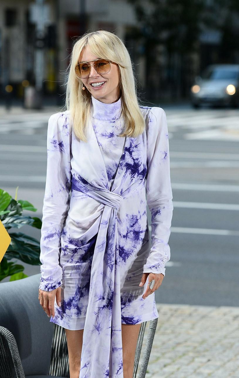 Agnieszka Woźniak-Starak potrafi zaskoczyć piękną sukienką, która podkreśla jej sylwetkę /VIPHOTO /East News