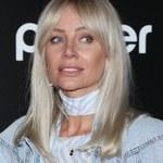 Agnieszka Woźniak-Starak pozuje w ubraniach ze swojej kolekcji