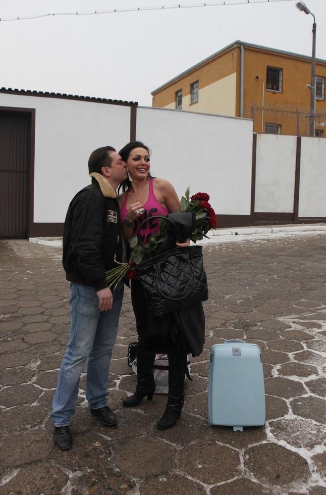 Agnieszka z byłym chłopakiem, który wita ją po wyjściu z więzienia (2011 rok) /- /East News
