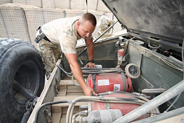 Agregaty proszkowe w bagażniku Hummera /fot. Artur Weber/PKW Afganistan /