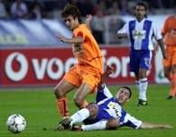 Aimar walczy o piłkę z Rodriguezem. Espanyol-Valencia 0:1