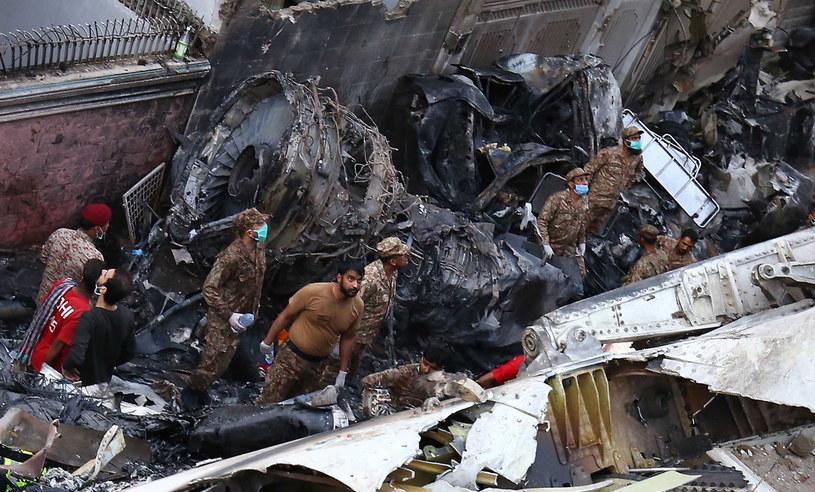 Airbus 321 próbował - według relacji świadków i nagrań wideo - dwa lub trzy razy wylądować, zanim się rozbił / SHAHZAIB AKBER    /PAP/EPA
