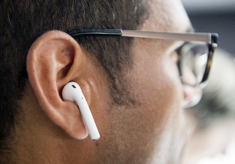 AirPody stały się bardzo popularnymi słuchawkami /AFP