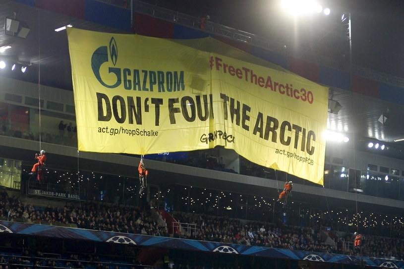 Akcja aktywistów Greenpeace przed meczem FC Basel - Schalke 04 Gelsenkirchen /AFP