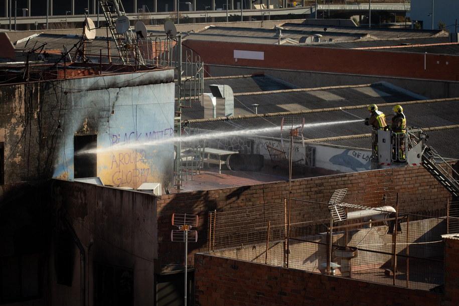 Akcja gaśnicza była utrudniona z powodu złego stanu technicznego palącego się budynku /ENRIC FONTCUBERTA /PAP/EPA