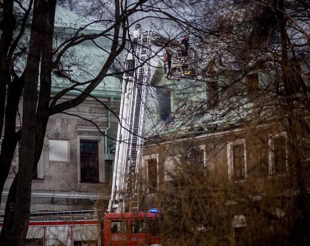 Akcja gaszenia pożaru na poddaszu zabytkowego pałacu w Chlewiskach, fot. Michał Walczak /PAP