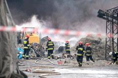 Akcja gaszenia pożaru składowiska opon i tworzyw sztucznych w Żorach