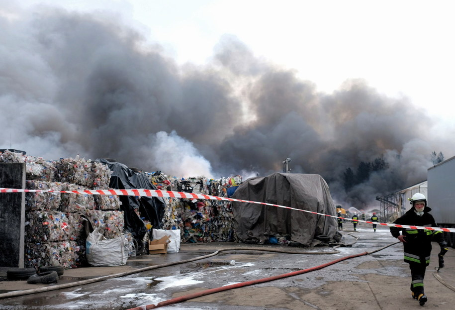 Akcja gaszenia pożaru składowiska opon i tworzyw sztucznych w Żorach trwała jeszcze w czwartek / Andrzej Grygiel    /PAP
