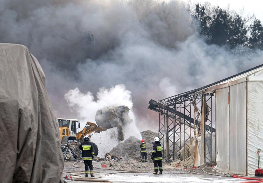 Akcja gaszenia pożaru składowiska opon i tworzyw sztucznych w Żorach / Andrzej Grygiel    /PAP