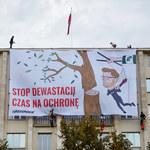 Akcja Greenpeace na gmachu resortu środowiska, policja zatrzymuje aktywistów