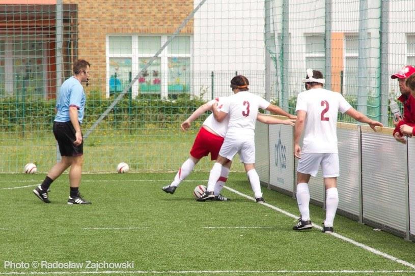 Akcja na boisku bywa brutalna/ źródło: Facebook Blind Football Polska /Radosław Zajchowski /