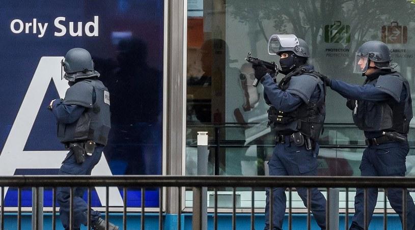 Akcja policji na lotnisku /PAP/EPA