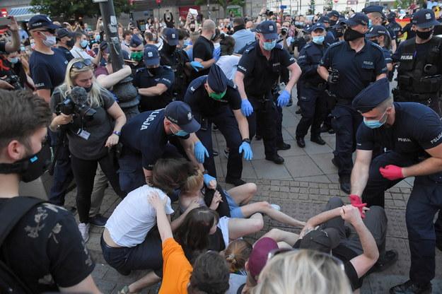 Akcja policji podczas protestu aktywistów LGBT na Krakowskim Przedmieściu / Radek Pietruszka   /PAP