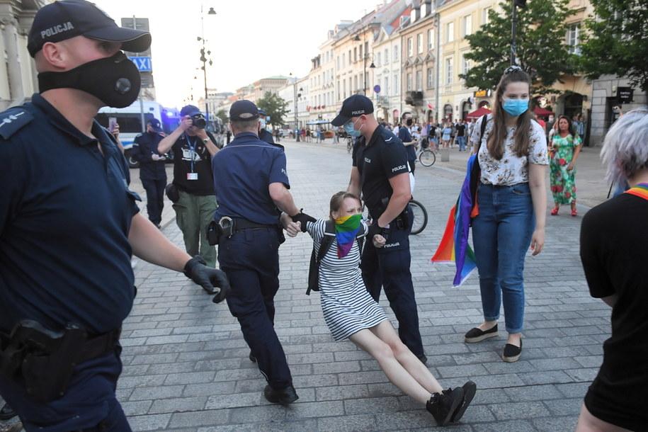 Akcja policji podczas protestu aktywistów LGBT na Krakowskim Przedmieściu w Warszawie / Radek Pietruszka   /PAP