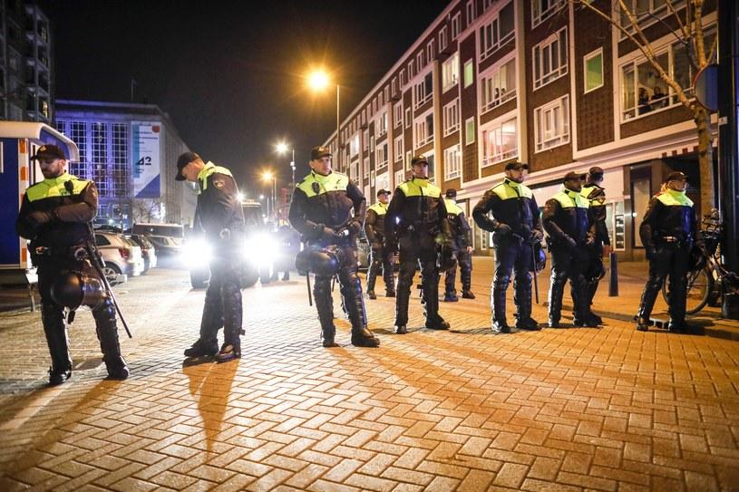 Akcja policji w Rotterdamie /BAS CZERWINSKI  /PAP/EPA