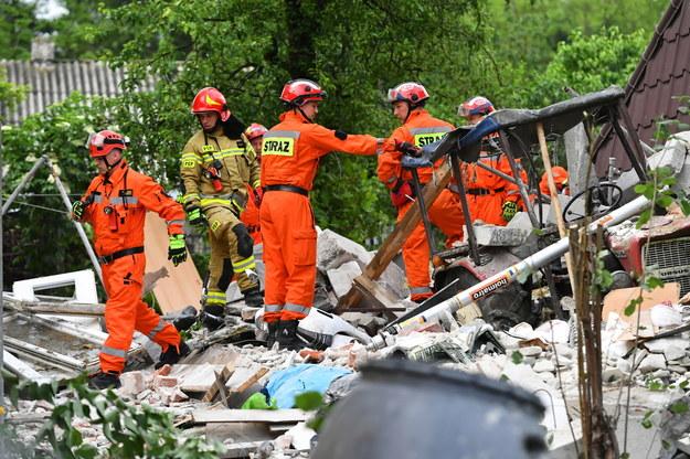 Akcja poszukiwawcza po wybuchu gazu w piętrowym budynku jednorodzinnym w miejscowości Chodel /Wojtek Jargiło /PAP