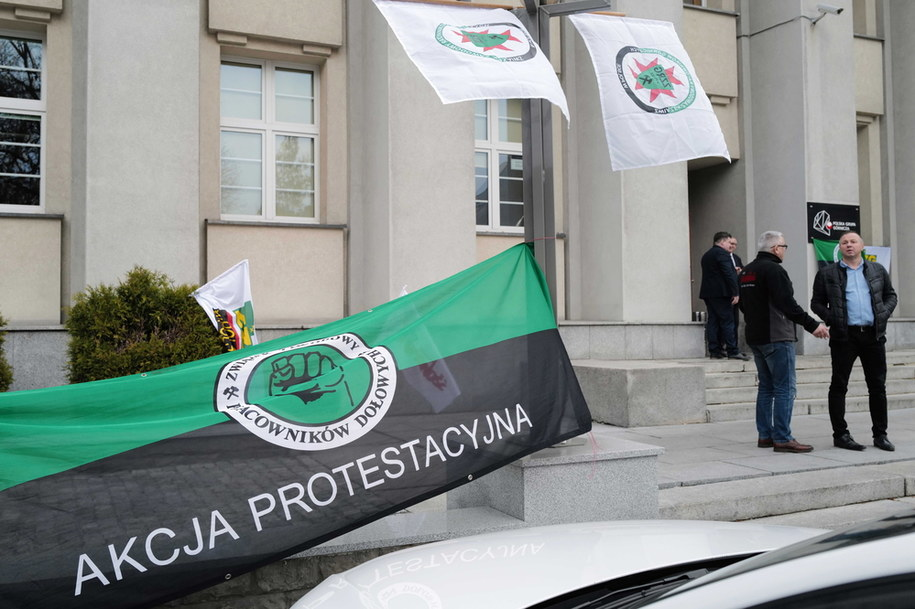 Akcja protestacyjna w siedzibie Polskiej Grupy Górniczej w Katowicach w listopadzie 2019 roku / Andrzej Grygiel    /PAP
