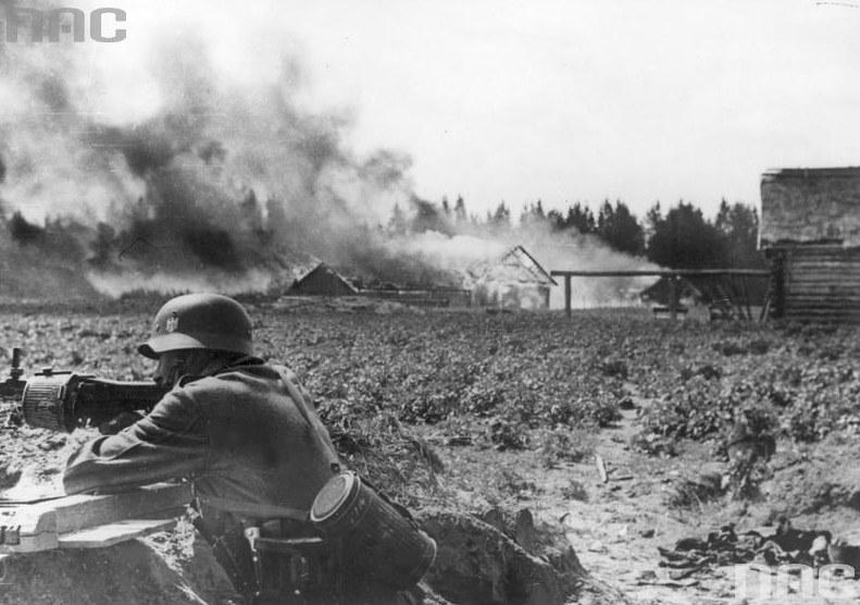 Akcja przeciwpartyzancka żołnierzy niemieckich /Z archiwum Narodowego Archiwum Cyfrowego