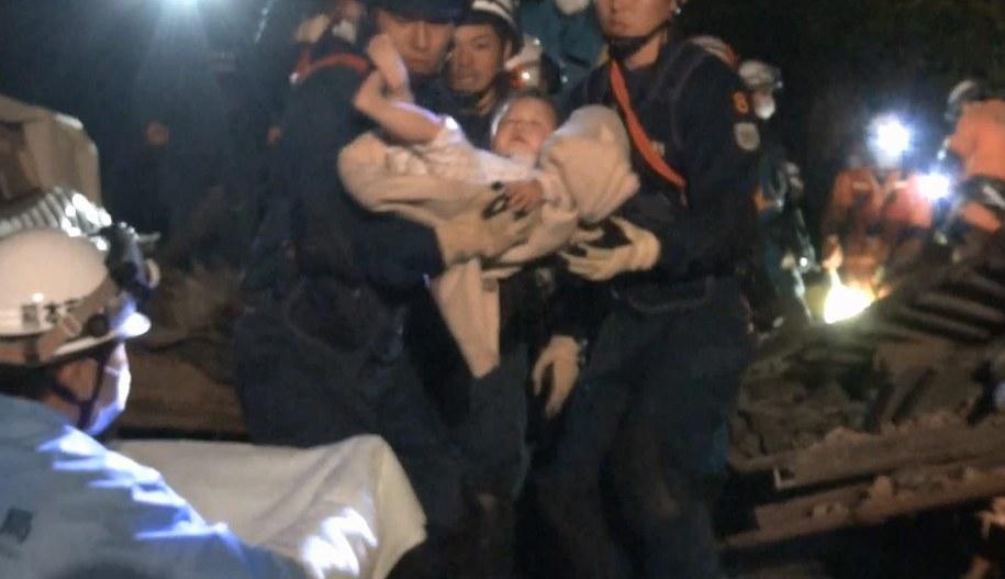 Akcja ratowania 8-miesięcznej dziewczynki /KUMAMOTO PREFECTURE POLICE  /PAP/EPA
