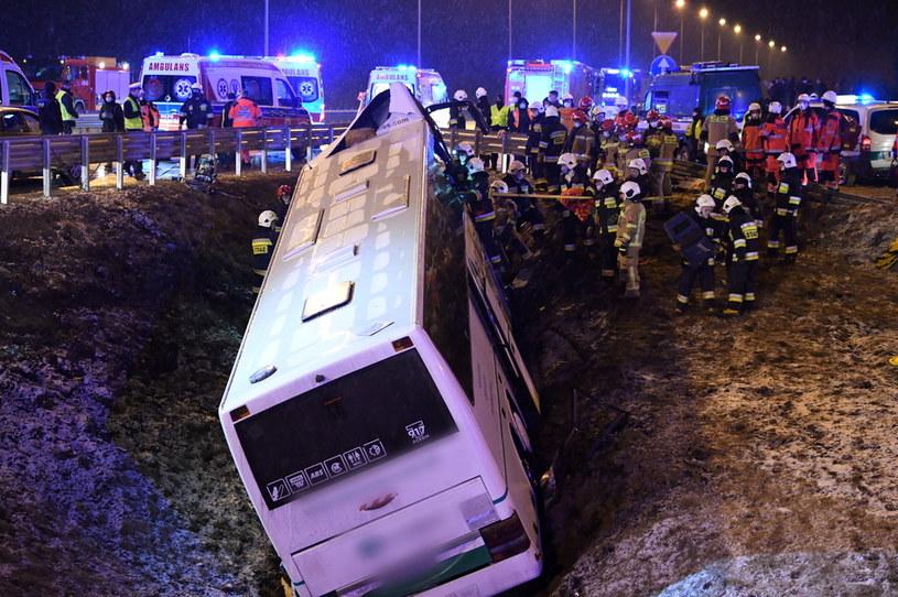 Akcja ratownicza na miejscu tragicznego wypadku autobusu na autostradzie A4 w miejscowości Kaszyce (woj. podkarpackie) /Darek Delmanowicz /PAP