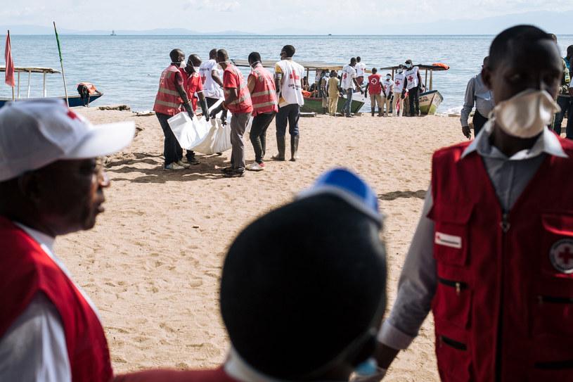 Akcja ratunkowa na brzegu jeziora Kiwu /ALEXIS HUGUET /AFP