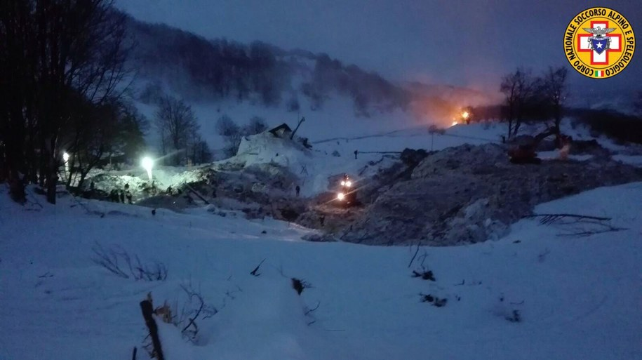 Akcja ratunkowa na lawinisku we włoskiej Abruzji na zdjęciu opublikowanym przez Włoską Służbę Ratownictwa Górskiego /SOCCORSO ALPINO HANDOUT /PAP/EPA