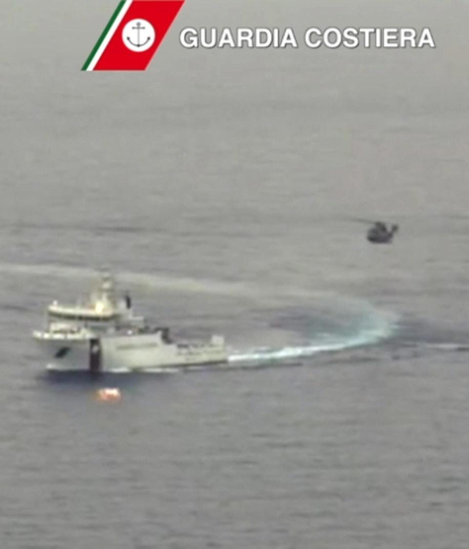 Akcja ratunkowa na Morzu Śródziemnym. Zdjęcie udostępnione przez włoską Straż Przybrzeżną /ITALIAN COAST GUARD/HANDOUT /PAP/EPA