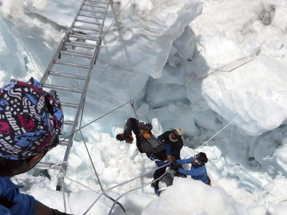 Akcja ratunkowa na Mount Evereście /BUDDHABIR RAI / RSS /PAP/EPA